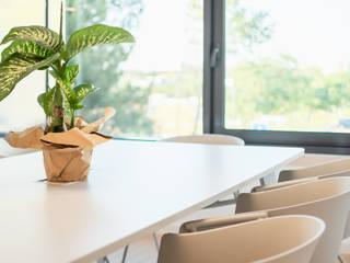 Sala de Reuniões Escritórios escandinavos por Rima Design Escandinavo