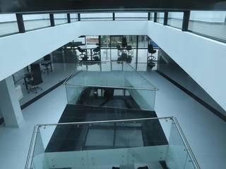 Oficinas Centrales Hackman Pasillos, vestíbulos y escaleras minimalistas de Sesife Arquitectura Minimalista