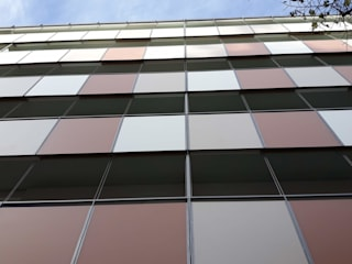 CONSTRUCCIÓ D'UN EDIFICI ENTRE MITGERES, DE 18 HABITATGES, AMB PISCINA... de FARRIOL i COL.LABORADORS arquitectes Moderno