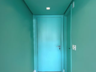 Apê Turmalina - apartamento para jovem publicitária Estúdio Dozi Corredores, halls e escadas minimalistas