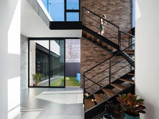 Pasillos, vestíbulos y escaleras de estilo moderno de Nova Arquitectura Moderno