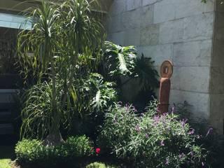 JARDÍN CON ESCULTURAS Jardines modernos de Jardin Urbano Moderno