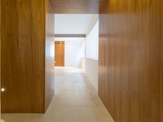 tea.ve Modern corridor, hallway & stairs Wood Wood effect