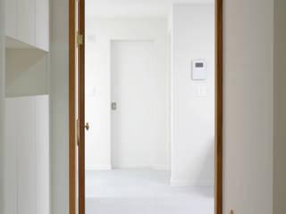 반려견과 함께하는 신혼집 32평형 아파트 인테리어 모던스타일 복도, 현관 & 계단 by 주식회사 큰깃 모던