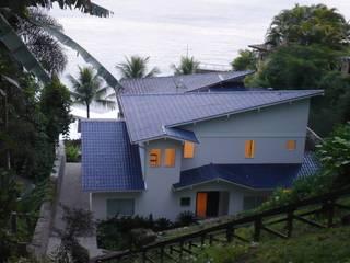 Casa de Praia FERNANDA SALLES ARQUITETURA Telhados Azul
