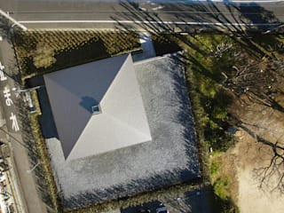 WO 寺院に呼応する方形屋根の平屋の住まい の 山縣洋建築設計事務所 モダン