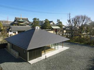 WO 寺院に呼応する方形屋根の平屋の住まい モダンな 家 の 山縣洋建築設計事務所 モダン