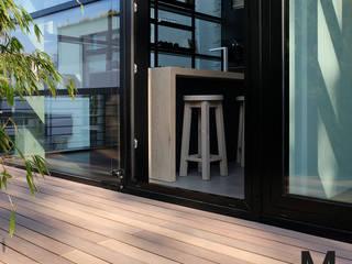 Moderne Terrassengestaltung mit schmalen WPC Terrassendielen MYDECK GmbH Moderner Balkon, Veranda & Terrasse Holz-Kunststoff-Verbund Braun