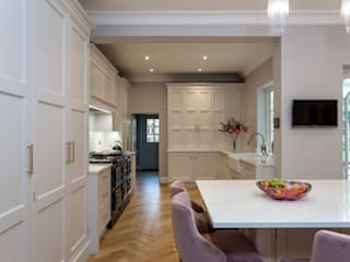 Glamorous kitchen with gold handles in Hertford John Ladbury and Company Dapur built in White