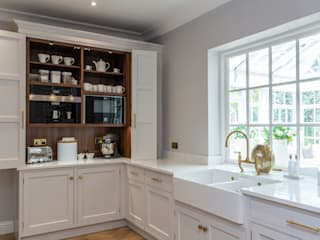 Glamorous kitchen with gold handles in Hertford John Ladbury and Company Dapur built in