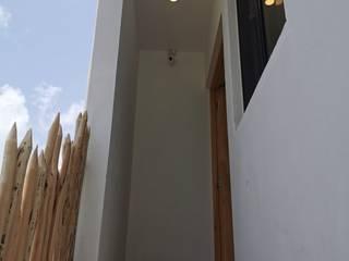 Tropical style corridor, hallway & stairs by Taller Veinte Tropical