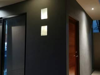 Modern Corridor, Hallway and Staircase by Taller Veinte Modern