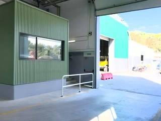 Reforma de nave para la empresa municipal de limpieza Pasillos, vestíbulos y escaleras de estilo industrial de AMSA Arquitectura SLP Industrial