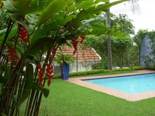 by Eduardo Novaes Arquitetura e Urbanismo Ltda. Tropical