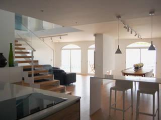 Reforma integral de vivienda en edificio plurifamiliar Cocinas de estilo mediterráneo de AMSA Arquitectura SLP Mediterráneo
