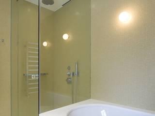 Frameless glass corner showers من Ion Glass تبسيطي