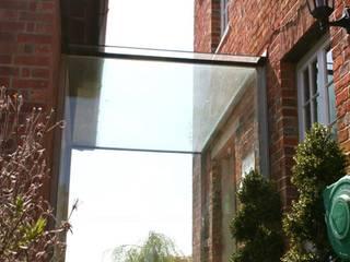 Glass linkway in heritage buildings Casas minimalistas por Ion Glass Minimalista