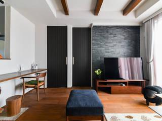 タイルとレッドシダーが印象的なモダンな家 モダンデザインの リビング の ナイトウタカシ建築設計事務所 モダン