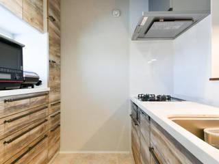タイルとレッドシダーが印象的なモダンな家 モダンな キッチン の ナイトウタカシ建築設計事務所 モダン