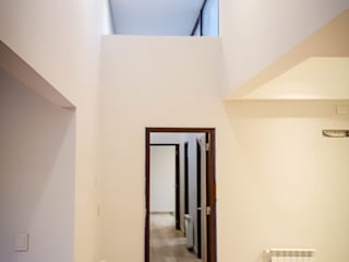 PROYECTO VIVIENDA UNIFAMILIAR Pasillos, vestíbulos y escaleras modernos de Estudioarqo Moderno