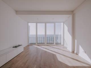 REABILITAÇÃO DE INTERIORES - APARTAMENTO T1 Salas de estar minimalistas por HOMESTORMING Minimalista