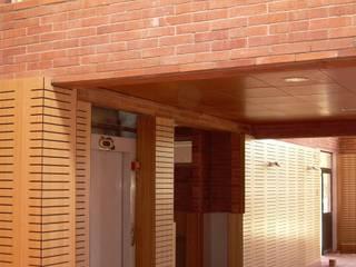 Pasillos, vestíbulos y escaleras de estilo moderno de Nave + Arquitectura & Modelación Paramétrica Moderno