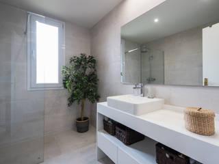 Arquiteknum Consultores SL Minimalist style bathroom White