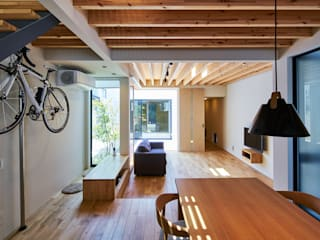 細長敷地の家 モダンデザインの リビング の murase mitsuru atelier モダン