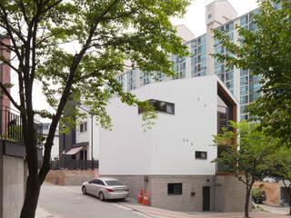 넓은 창을 이용해 만든 개방감 좋은 용인목조주택 by 위드하임 모던