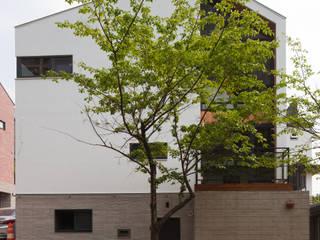 넓은 창을 이용해 만든 개방감 좋은 용인목조주택 모던스타일 주택 by 위드하임 모던