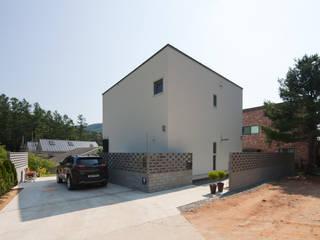 직접 설계한 건축가의 구성 좋은 양평목조주택 모던스타일 주택 by 위드하임 모던