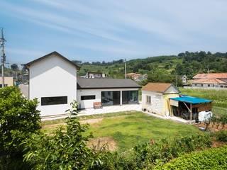 한옥의 품격이 담긴 하얀 대문 집 모던스타일 주택 by 한글주택(주) 모던