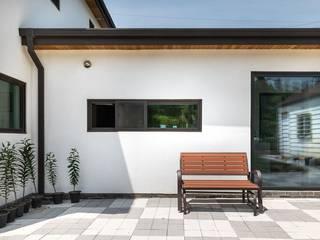 한옥의 품격이 담긴 하얀 대문 집 by 한글주택(주) 모던