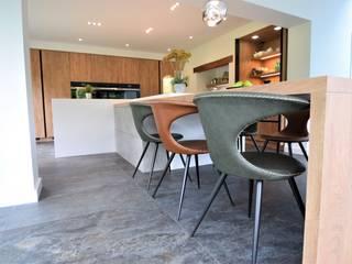 Spring Lodge Modern kitchen by Kreativ Kitchens Modern