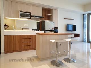 Desain Interior Apartemen Orange County Lippo Cikarang tipe 1 bedroom 52m2 Arcadesain Dapur kecil Kayu Lapis Multicolored