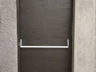 Portones y Puertas:  de estilo industrial por Desarrolladora JAN de México S.A. de C.V., Industrial