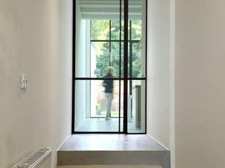 Pasillos, vestíbulos y escaleras de estilo moderno de Studio Groen+Schild Moderno