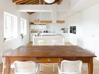 Attico RG - appartamento in un palazzo di fine '800 Cucina moderna di locatelli pepato Moderno
