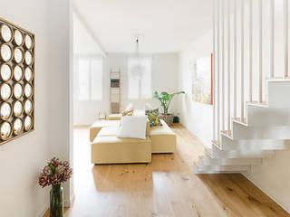 Attico RG - appartamento in un palazzo di fine '800 Ingresso, Corridoio & Scale in stile moderno di locatelli pepato Moderno