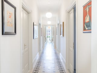Classic style corridor, hallway and stairs by Archifacturing Classic