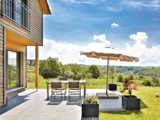 Vitalhaus Großsteinhausen Balkon, Veranda & Terrasse im Landhausstil von Regnauer Hausbau Landhaus