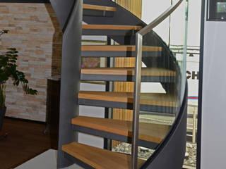 Moderne Wendeltreppe mit Glasgeländer auf Betonsockel von MetallArt Treppen GmbH Klassisch