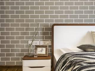 JoyHomes LLP ラスティックスタイルの 寝室 灰色