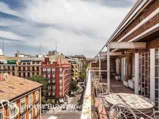 venta de espectacular ático en Chamberí, para reformar Balcones y terrazas de estilo ecléctico de HOUSE HUNTING Ecléctico