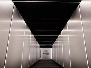 Tierra de Maestros Solvar Centros de exposiciones de estilo minimalista Metal Metálico/Plateado