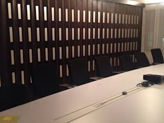 Puertas Plegables en madera con pasos de luz. PERSIANAS DE COLOMBIA Estudios y despachos de estilo moderno