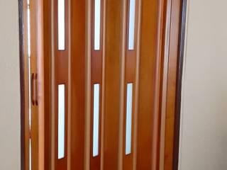 Puertas Plegables en madera con pasos de luz. PERSIANAS DE COLOMBIA Cocinas modernas