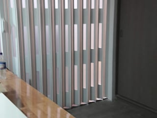 Puertas Plegables en madera con pasos de luz. PERSIANAS DE COLOMBIA Garajes de estilo moderno