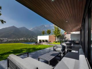 GLR Arquitectos Modern Balkon, Veranda & Teras