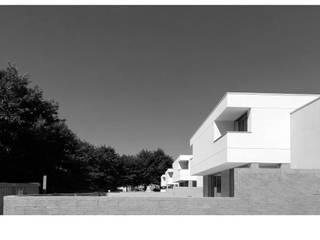 Middle Plan House por LIMIT studio Eclético